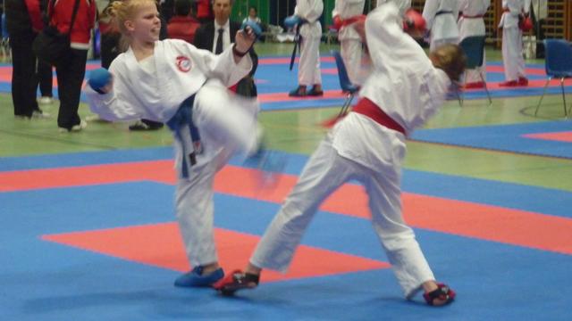 Tiana Grujic vom Karate Club Seon (blauer Gurt) an der Swiss Karate League in Sursee.