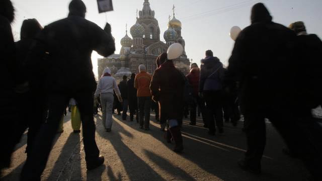 Die Menschen in St. Petersburg gehen gegen Putin auf die Strasse (Archiv)
