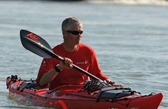 Zuerst der Umstieg ins Paddelboot, nun der Abbruch: Der Rhein-Schwimmer Ernst Bromeis