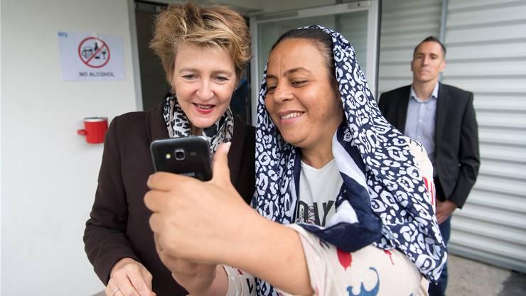 Zu harte Asylpolitik? Simonetta Sommaruga im Gespräch mit einer Asylsuchenden.