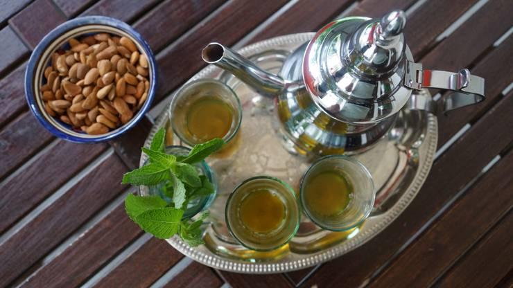 Teezeit mit traditionellem Pfefferminztee.