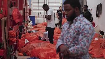 """Ein Migrant betet auf dem Rettungsschiff """"Ocean Viking"""" auf dem Mittelmeer zwischen Malta und Italien."""