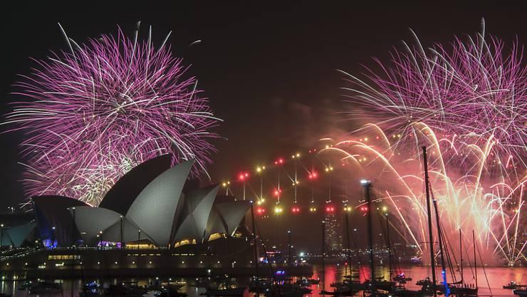 Rekordmenge an Pyrotechnik: Feuerwerk über Sydneys Opera House und Harbour Bridge.