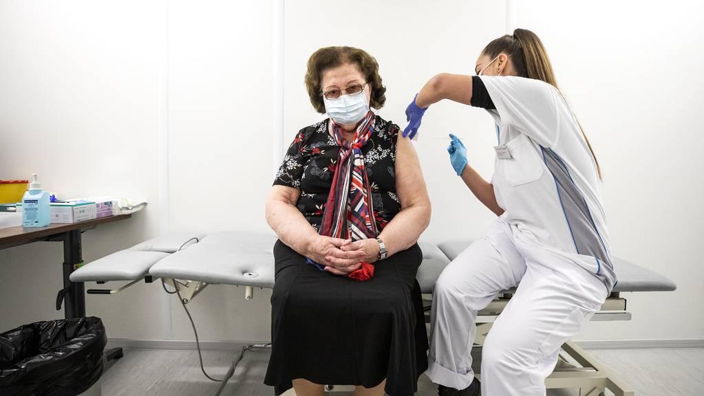 Helga Ott aus Märwil wird von Dilara Ugurlu, rechts, Leitung Pflege / Koordination, gegen das Coronavirus geimpft, im Impfzentrum in Frauenfeld, aufgenommen am Mittwoch, 13. Januar 2021.