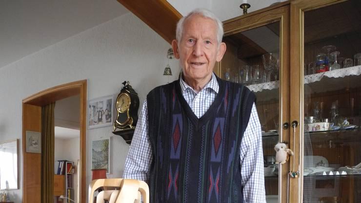 Robert Stulz mit vier seiner älteren Objekte. Sein liebstes Arbeitsmaterial ist Lindenholz. AVL