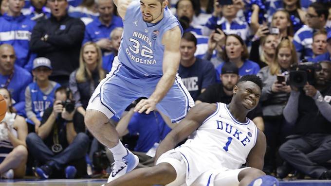 Zion Williamson (rechts) bei der verhängnisvollen Situation mit dem kaputten Schuh und schmerzverzerrtem Gesicht