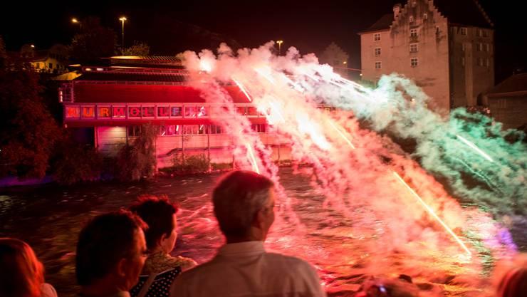 Über die Fassade des historischen Museums stürzt ein Lichterfall in die Limmat.Alex Spichale