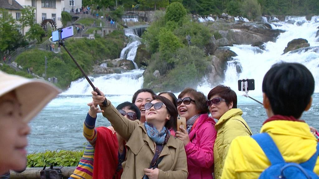 Riesen-Reisegruppe aus China besucht den Rheinfall