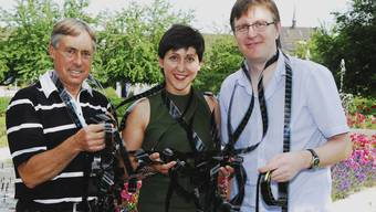 Kino-Trio: Monika Schärer, Sprecherin des Dokumentarfilms «Tortuga – die unglaubliche Reise der Meeresschildkröte», wird eingerahmt von den beiden Open-Air-Kino-Organisatoren Peter Andres (links) und Philipp Weiss.  Angelo Zambelli