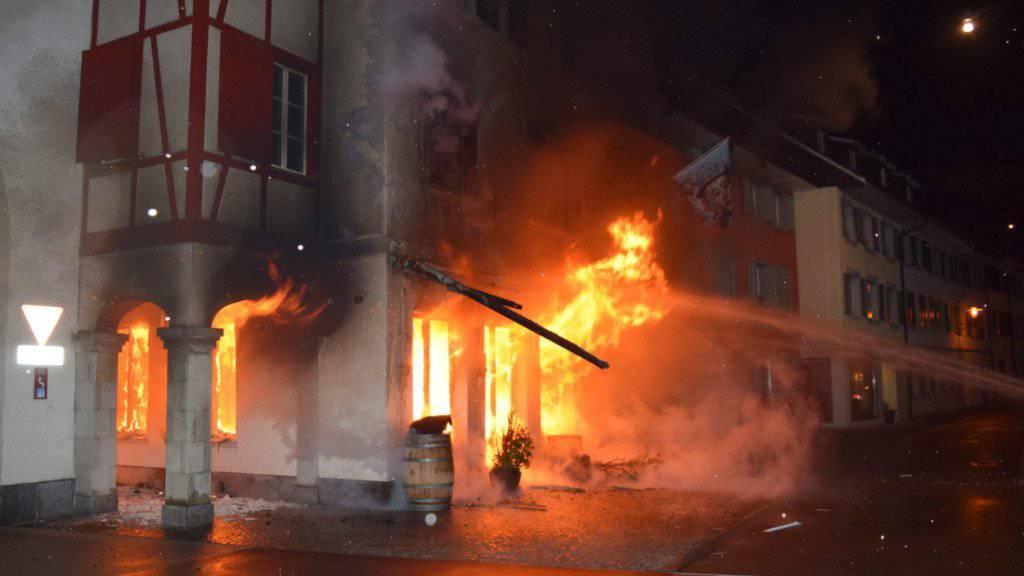 Der Brand vom frühen Freitagmorgen in der historischen Altstadt von Willisau zerstörte ein Restaurant und beschädigte mehrere Wohnungen.