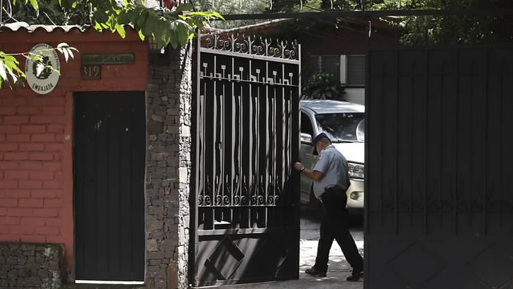 Ein Wachmann öffnet das Tor zur venezolanischen Botschaft in El Salvadors Hauptstadt San Salvador.