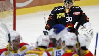 Berns Goalie Leonardo Genoni schaut Kloten nach dem 0:5 beim Jubeln zu