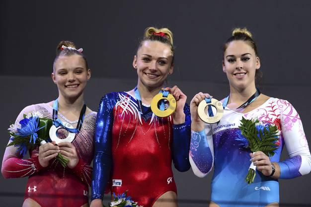 Maria Paseka (Russland, Gold), Jade Carey (USA, Silber) und Giulia Steingruber