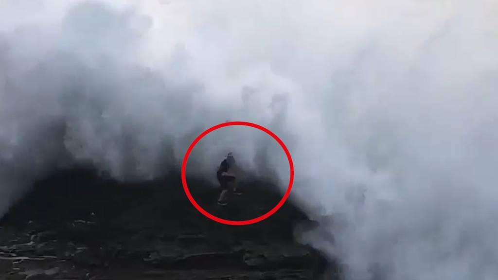 Unglaubliche Wucht: Mega-Welle reisst Strandbesucher ins Meer