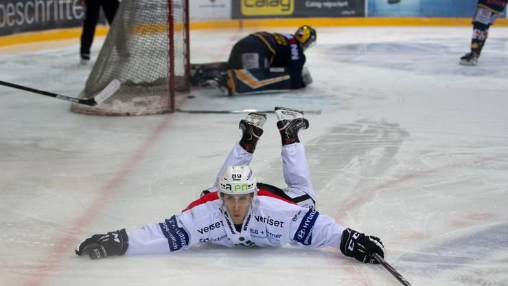 Der Matchwinner Garry Nunn kann sein Glück kaum fassen und schlittert begeistert über das Eis.