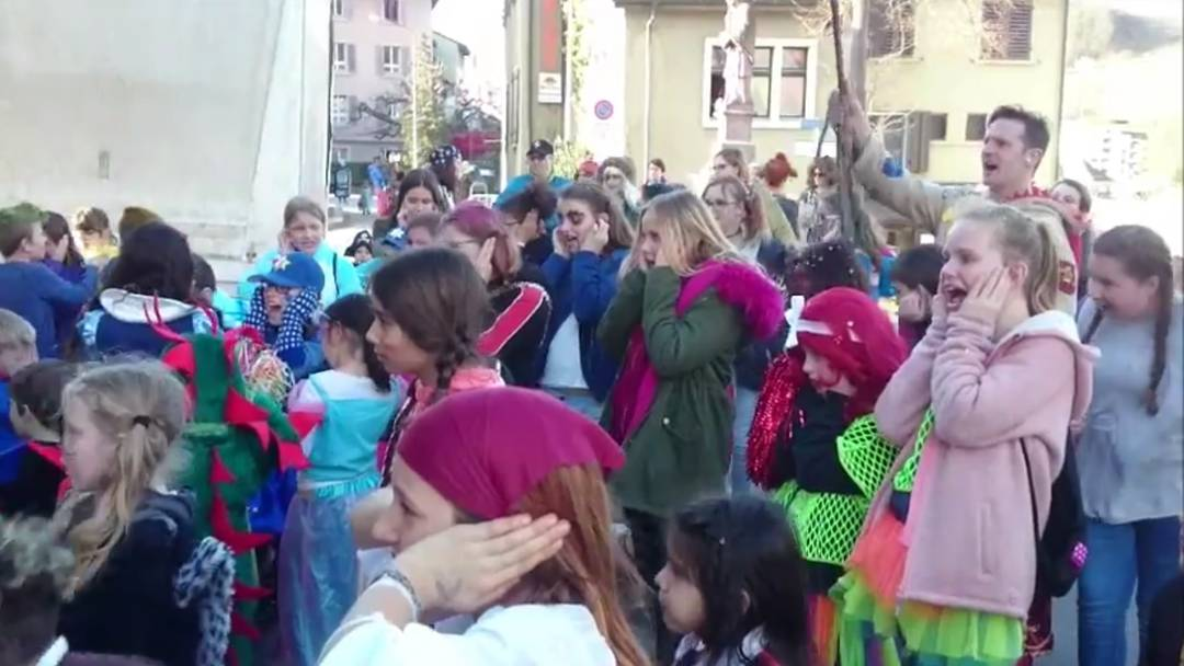 Kinder schreien für Süssigkeiten
