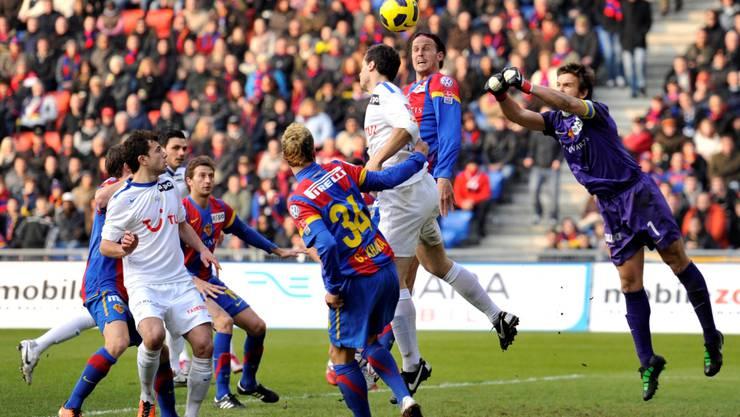 Franco Costanzo (rechts), der Basler Schlussmann und Captain, hielt den FCB im so wichtigen Spiel. KEYSTONE