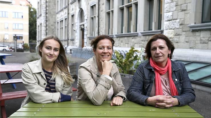 Ina Hasenöhrl, Franziska Isler und Françoise Bassand (von links) organisieren einen Förderkurs für Kinder aus bildungsfernen Familien. Nathalie Guinand