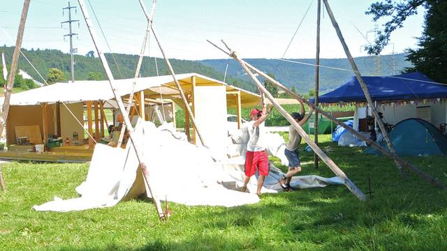 Aufbau auf dem Gelände des Kleinlaut-Festivals