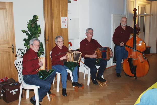 Die Oergeler im neuen Outfit. V.l. Meier Hans, Bernet Sylvia, Schärer Erich, Bichsel Andi