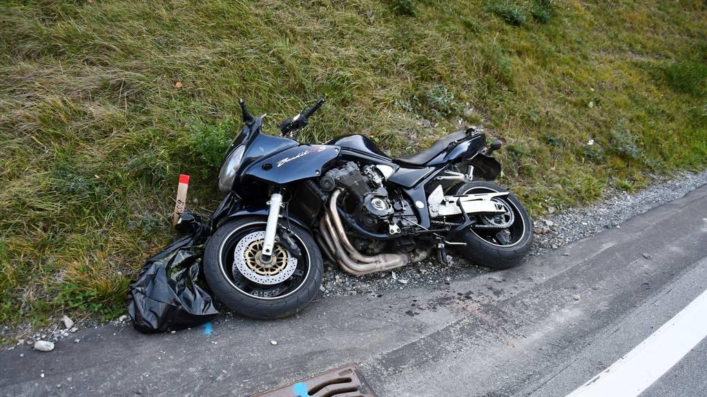 Töfffahrer bei Unfall mit zwei Autos schwer verletzt