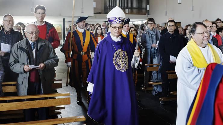 Begleitet von Schweizergardisten betrat Bischof Felix Gmür (Mitte) die Kirche; vor ihm der Döttinger Seelsorger Daniel Kyburz.