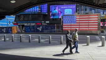 Die USA haben gemäss Zahlen der amerikanischen Universität Johns Hopkins inzwischen in absoluten Zahlen weltweit die meisten Toten durch die Corona-Epidemie zu verzeichnen. (Times Square New York)
