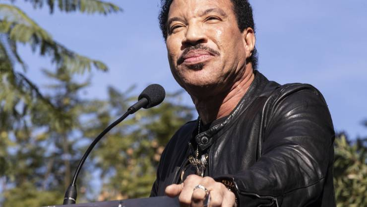 """Der amerikanische Popsänger Lionel Richie überlegt nun doch, ob er den Song """"We Are The World"""" neu auflegen soll. Vor zwei Wochen hat er das  noch abgelehnt. Aber: Die Message sei so klar - auch in der derzeitigen Coronakrise. (Archivbild)"""