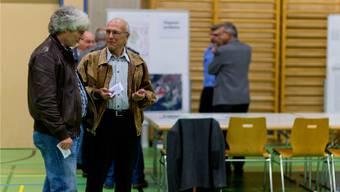 Gemeindepräsident Gery Meier (links) diskutiert die Auswirkungen auf seine Gemeinde. Emanuel Freudiger