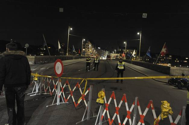 Auf der Mittleren Brücke und Schifflände ereignete sich ein schwerer Unfall. Die Brücke wurde am Abend vollständig gesperrt.