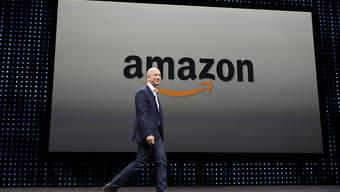 Amazon-Chef und Gründer Jeff Bezos bezahlt seinen Mitarbeitern in den USA einen höheren Mindestlohn.(Archivbild)