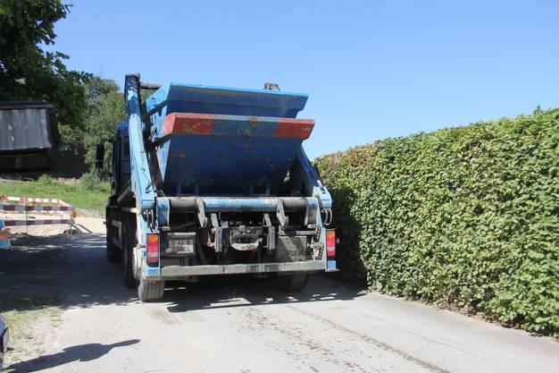 Der Lastwagen der Muldenzentrale verlässt den Sammelplatz derzeit über die Quartierzufahrt, auf der sonst Kinder spielen.