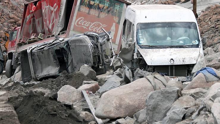 Beschädigte Fahrzeuge nach einem Erdrutsch im Süden Perus. Drei Menschen starben.