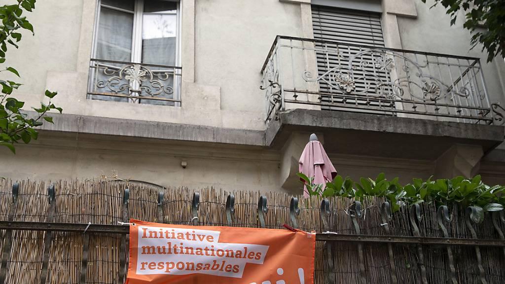 Im ganzen Land wehen seit Jahren zehntausende orange Fahnen, die auf die Konzernverantwortungsinitiative aufmerksam machen. Nun läuten die Initianten die heisse Abstimmungsphase ein. (Archivbild)
