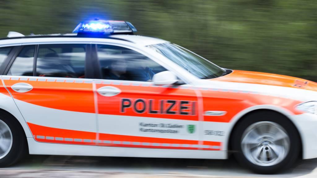 Kriminelle haben sich in St. Gallen als Polizisten ausgegeben und einer Frau via Telefon 90'000 Franken Bargeld abgeknöpft. Das Geld sei nötig für eine Tochter, die einen schweren Unfall gehabt habe, gaben die Täter an. (Symbolbild)