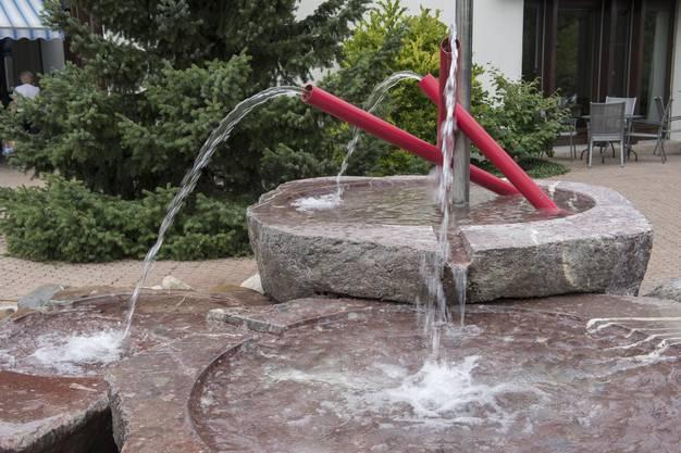 Vor dem Seniorenzentrum in Weiningen plätschert dieser Brunnen.