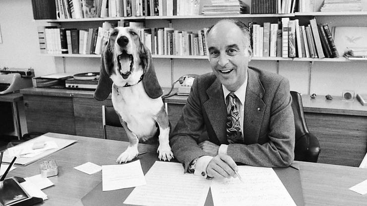 Hunde am Arbeitsplatz sind nicht von allen Arbeitskolleginnen und Kollegen gern gesehen: Der 2007 gestorbene Komponist, Dirigent und Autor Cedric Dumont mit seiner Basset-Hündin Caroline im Radio-Studio Zürich im Oktober 1971. (Archivbild)