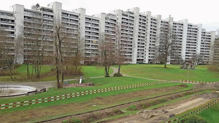 Im Bereich zwischen den Wohnzeilen Delfterstrasse und Rütmattstrasse (im Bild) gräbt die Eniwa für die Fernwärmeleitungen.