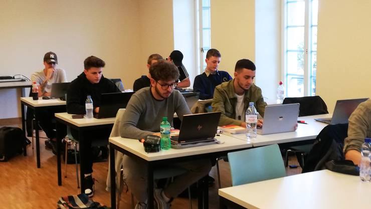 Die Schüler der Berufsmaturitätsklasse 19a haben sich rasch an den integralen Einsatz der Laptops gewöhnt.