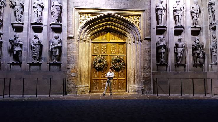Hier beginnt die Erkundungstour: Vor den Türen der Grossen Halle.