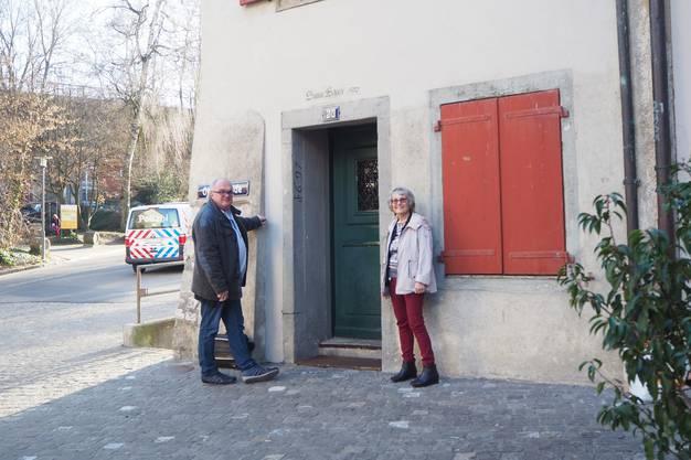 Kurt Adler, Leiter Fachstelle Diakon römisch-katholische Landeskirche Aargau 2020 mit Daniela Fleischmann vor der Notschlafstelle.