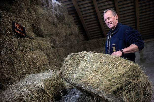 Der Landwirt stapelt 180 Tonnen Heu per Handarbeit.
