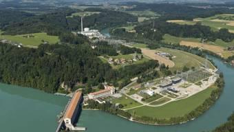 Das Wasserkraftwerk Mühleberg staut die Aare zum Wohlensee bei Bern