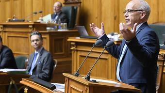 Der Bundesrat will Ausschreibungsunterlagen unter Verschluss halten. Unter Druck des Nationalrats krebst Finanzminister Ueli Maurer zurück.