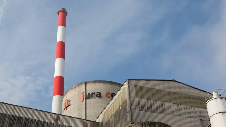 Aus dem Kamin der Jura Cement kommt kein sichtbarer Dampf mehr.