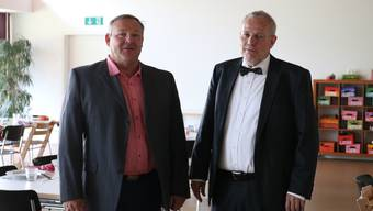 Der Vizepräsident des Stiftungsrats Thomas Wymann (links) und der Gesamtleiter Rolf von Moos im Mehrzwecksaal des Kinderheims.