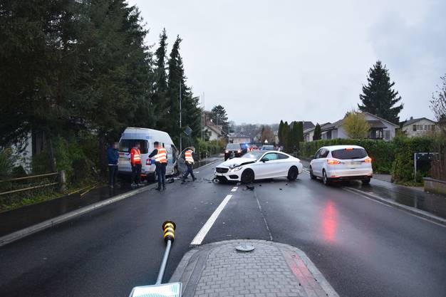 Zwei Personen wurden dabei leicht verletzt. Die Strasse musste für zwei Stunden gesperrt werden. Eine Umleitung wurde eingerichtet.