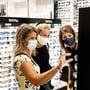 Auch in den Kantonen Bern und Zug gilt demnächst: Maske auf beim Einkaufen.