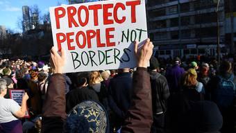 Demonstranten in mehreren Städten Australiens forderten die Regierung auf, Flüchtlinge aus den Internierungslagern auf Pazifikinseln nach Australien zu holen.