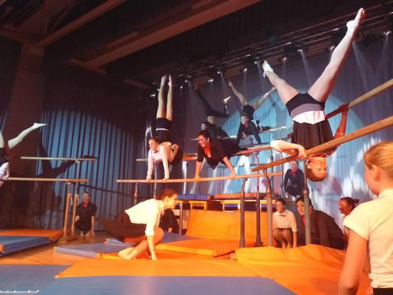 Viele Mary Poppkins am Stufenbarren an der Turnershow-Premiere in Wöflinswil.